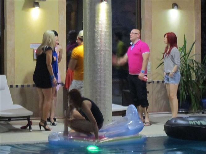 Teledysk zespołu CLARIS na basenie
