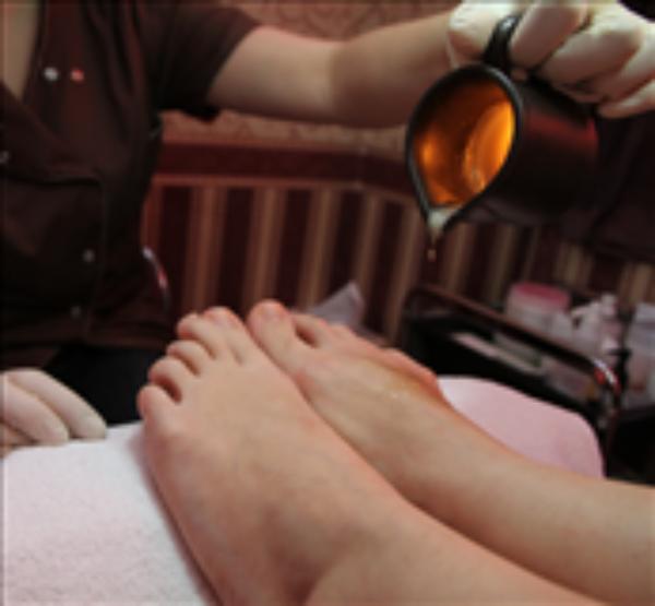 Masaż dłoni lub stóp gorącą świecą